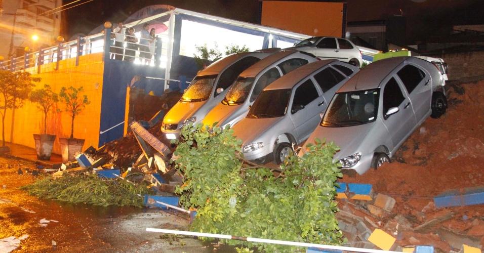 22.dez.2012 - Muro de arrimo desabou durante forte chuva em Piracicaba (SP).