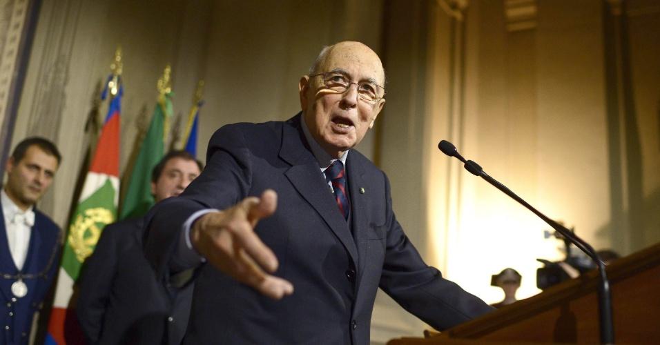 22.dez.2012 - O presidente italiano, Giorgio Napolitano, anuncia a dissolução do Parlamento durante discurso realizado no Palácio Quirinale, em Roma, um dia após a renúncia do premiê Mario Monti. Na ocasião, foi marcada eleições legislativas antecipadas para 24 e 25 de fevereiro de 2013