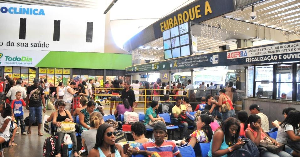 22.dez.2012 - Passageiros lotam terminal rodoviário de Salvador, na Bahia, no final de semana que antecede o Natal