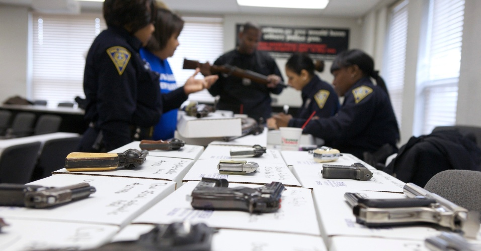 22.dez.2012 - Policiais catalogam armas arrecadadas durante campanha de desarmamento em New Haven, Connecticut (EUA). A ação, que surgiu após o massacre que matou 20 crianças e seis adultos na escola Sandy Hook, em Newtown, paga até US$ 200 pelas armas entregues