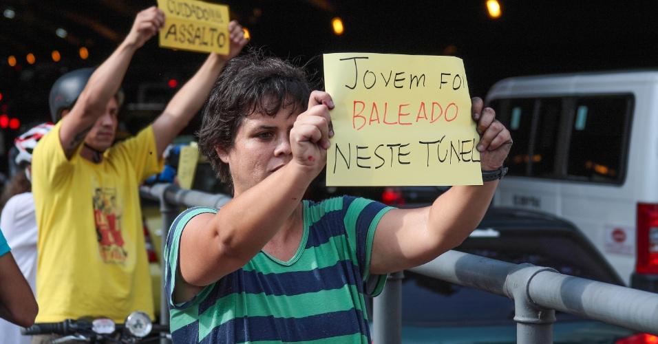 22.dez.2012 - Populares protestam contra a violência e a falta de segurança dos que utilizam o túnel de Copacabana, na cidade do Rio de Janeiro (RJ)
