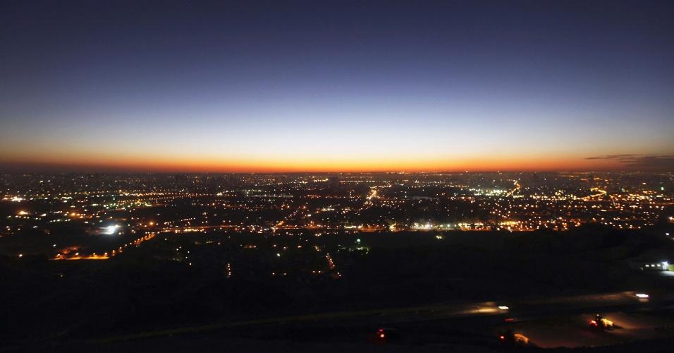 22.dez.2012 - Pôr do sol ilumina parcialmente o Cairo, capital do Egito