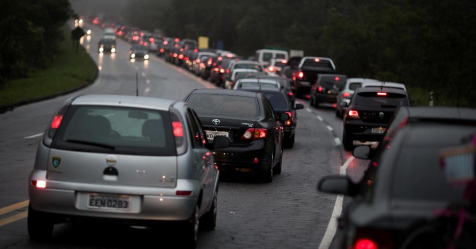 22.dez.2012 - Trânsito lento na altura do quilômetro 65 da rodovia dos Tamoios, sentido litoral norte, no trecho de serra, próximo a Paraibuna (SP)