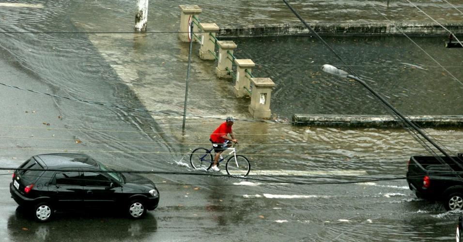 22.dez.2012 - Uma forte chuva neste sábado em Santos (SP) causou o transbordamento do Canal 3, no cruzamento da avenida Washington Luiz com a rua Barão de Paranapiacaba. A chuva também causou alagamentos e estragos em vários outros pontos da cidade