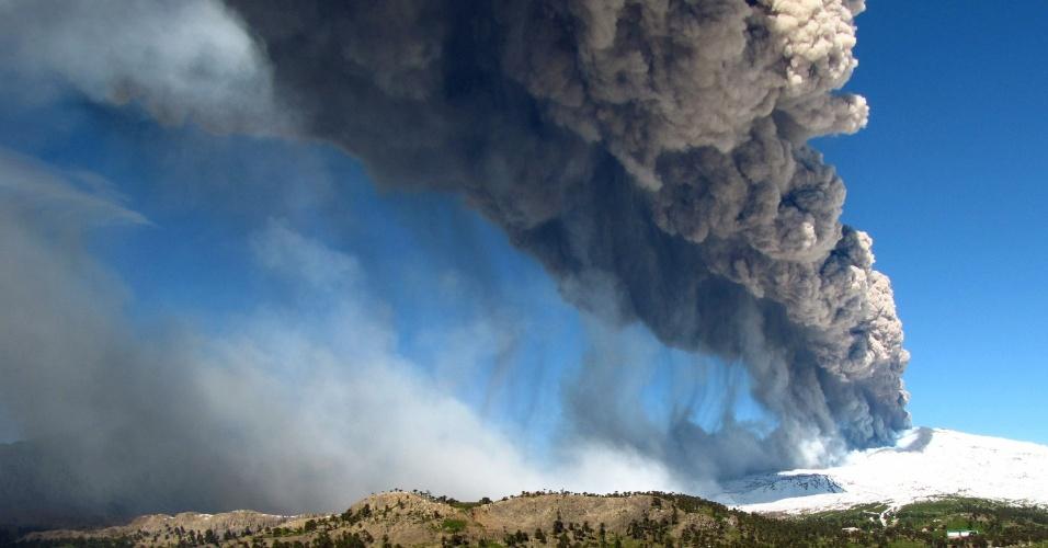 22.dez.2012 - Vulcão Copahue entra em erupção em Caviahue, localizado no sul do Chile, na zona fronteiriça com a província argentina de Neuquén