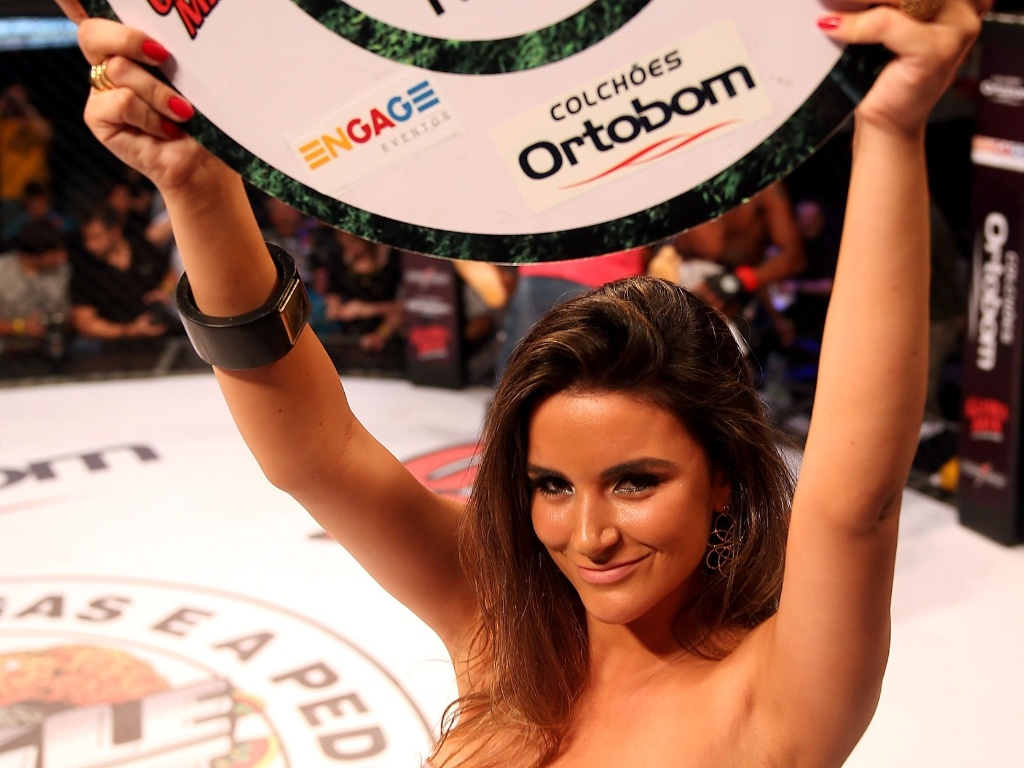 Ex-BBB Laisa Portela debutou como ring girl durante o Jungle Fight 47, em Porto Alegre