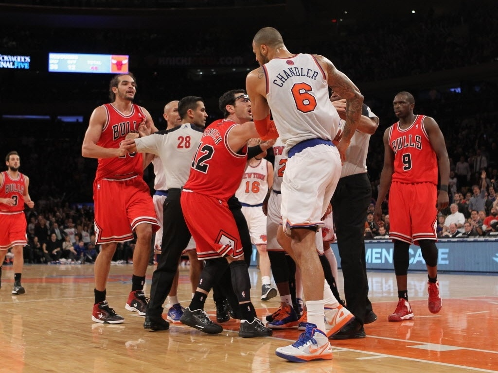 Joakim Noah (esq) e Tyson Chandler são separados após a briga que culminou na expulsão de ambos da partida entre Bulls e Knicks
