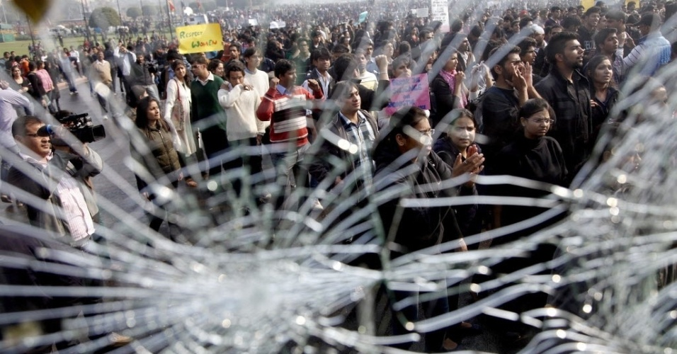 Ônibus policial tem o vidro quebrado durante protestos em Nova Déli após o estupro coletivo de uma jovem de 23 anos