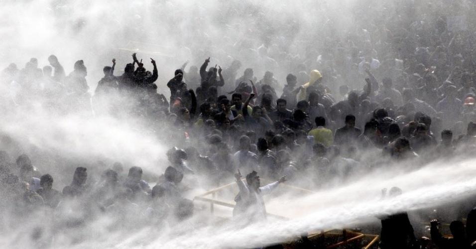 Policiais usaram canhões de água para dispersar milhares de manifestantes, estudantes na maioria, que se reuniram em frente à residência presidencial, em Nova Déli