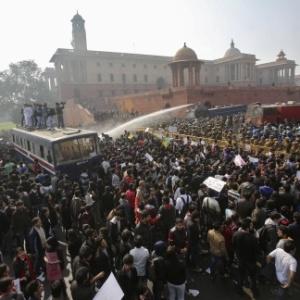 Estudantes indianos criam roupa íntima antiestupro que dá choques ... 4bd7c014a0d