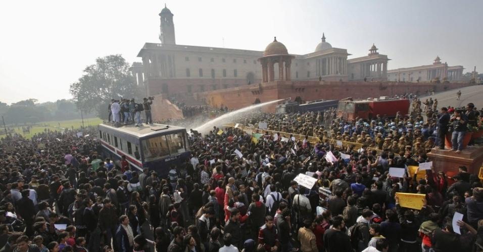 Manifestantes são atingidos por jatos de água disparados pela polícia enquanto protestam perto da residência presidencial, em Nova Déli