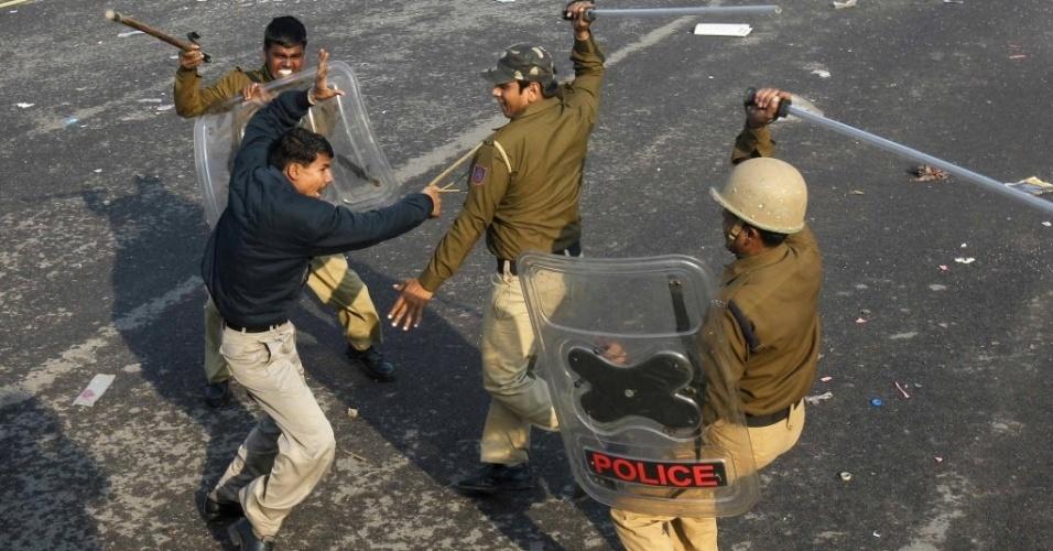 Policiais usam cassetetes contra um manifestante na região do palácio presidencial em Nova Déli