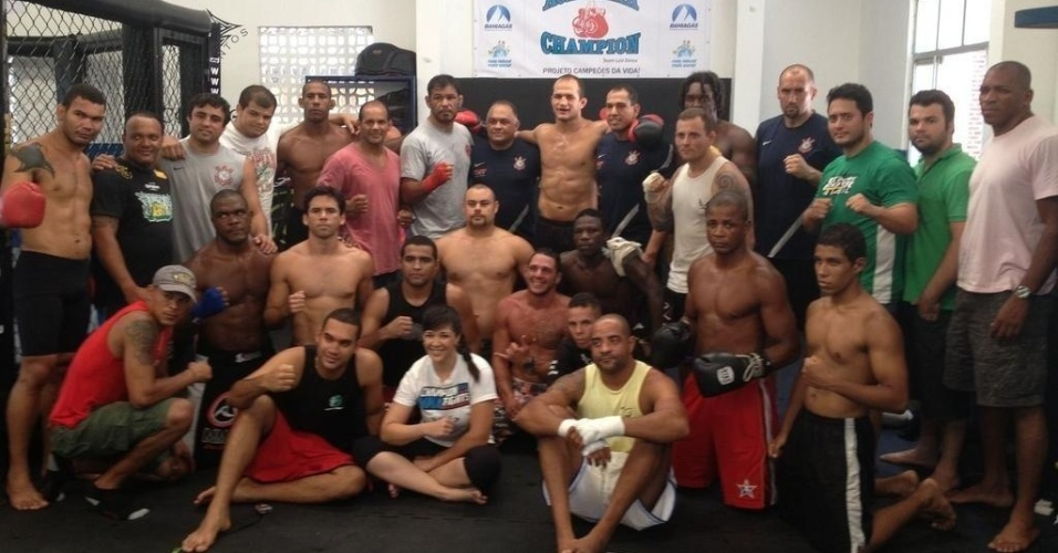 23.dez.2012 - Cigano posa com Minotauro, o técnico Luis Dórea e o restante da equipe Champion após um treino para o UFC 155
