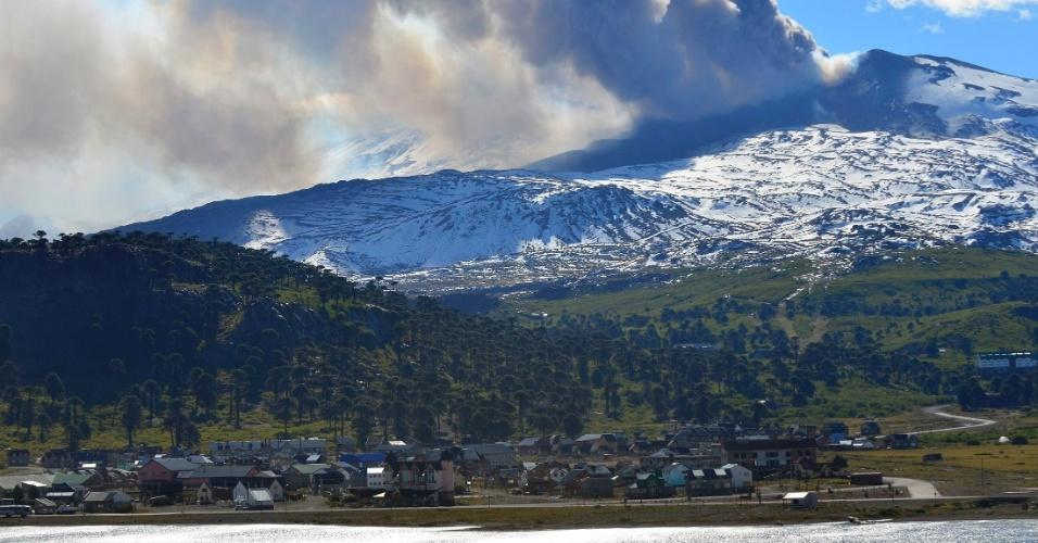 23.dez.2012 - Cinzas do vulcão Copahue cobrem o céu de Caviahue, localizado no sul do Chile, na zona fronteiriça com a província argentina de Neuquén