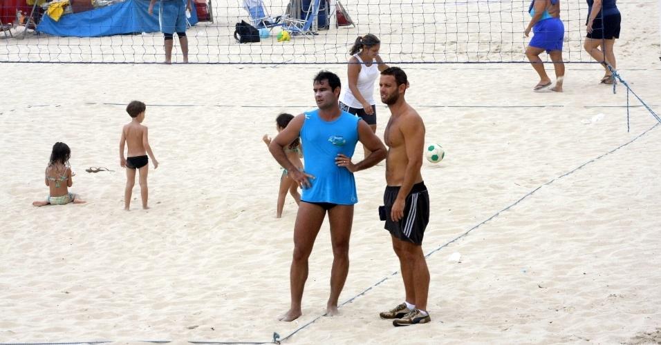 23.dez.2012 - Com protetor solar no rosto, o ator Thierry Figueira curte praia do Leblon, no Rio de Janeiro, junto com os amigos