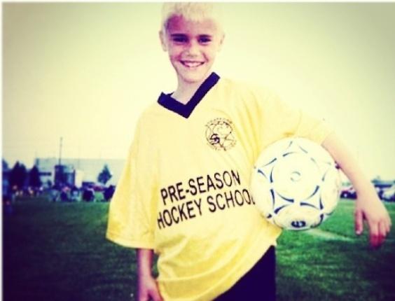 """23.dez.2012 - Justin Bieber publica foto em que aparece loiro na infância. """"Wow! Por que eu pensei que era o Eminem ou passaram água sanitária em meus cabelos"""", escreveu ele no Instagram"""