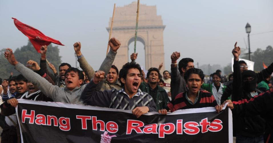 23.dez.2012 - Manifestantes indianos gritam palavras de ordem durante manifestação pedindo mais segurança para as mulheres após o estupro de uma estudante na semana passada, em Nova Déli, na Índia.  Os manifestantes pedem leis mais severas para crimes sexuais