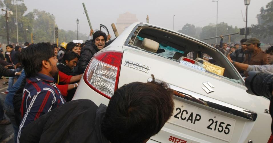 23.dez.2012 - Manifestantes viram carro durante protesto por mais segurança para mulheres, em Nova Déli, capital da Índia. O país vive uma onda de manifestações após o estupro coletivo de uma estudante de 23 anos em um ônibus