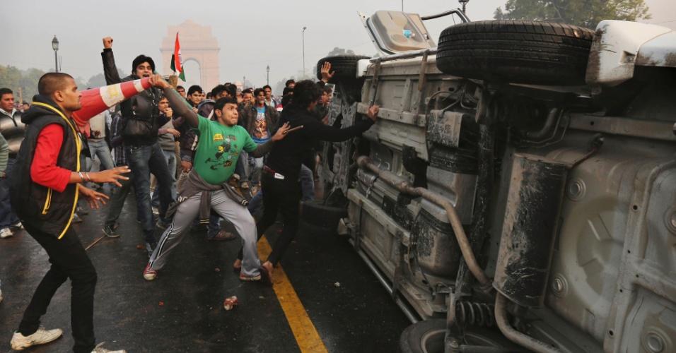 23.dez.2012 - Manifestantes viram veículo durante protesto por mais segurança para mulheres, em Nova Déli, capital da Índia. O país vive uma onda de manifestações após o estupro coletivo de uma estudante de 23 anos, em um ônibus