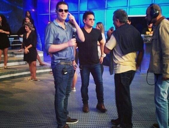 """23.dez.2012 - Pedro Leonardo e o pai, o cantor Leonardo, ensaiam para apresentação no """"Domingão do Faustão"""""""