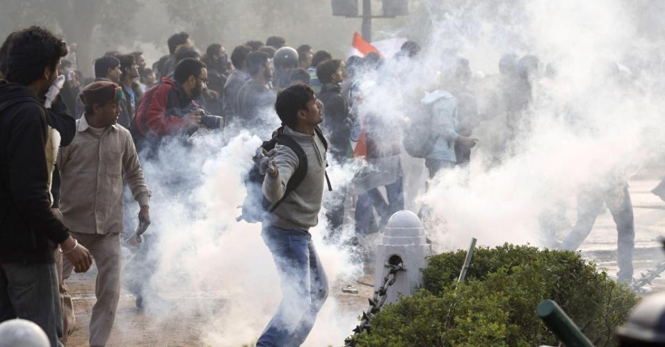 23.dez.2012 - Policiais usam bombas de gás lacrimôneo para dispersar manifestantes, estudantes na maioria, que se reuniram em repúdio ao estupro coletivo de uma jovem de 23 anos, dentro de um ônibus. Os manifestantes pedem leis mais severas para crimes sexuais