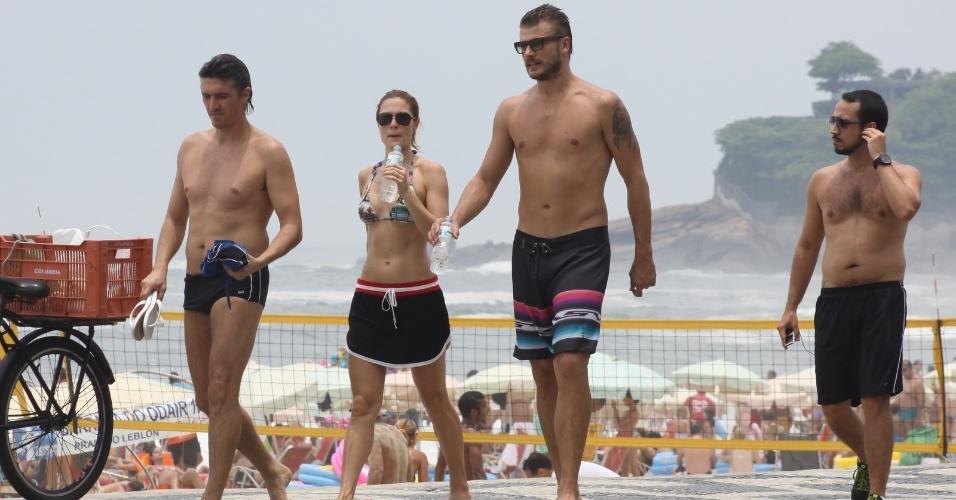 23.dez.2012 - Rodrigo Hilbert aproveita domingo na praia do Leblon com os amigos, no Rio de Janeiro