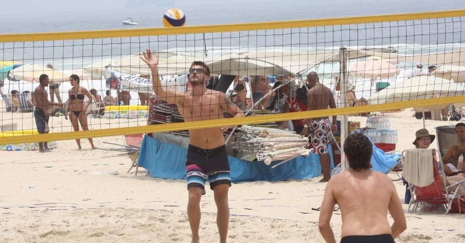 23.dez.2012 - Rodrigo Hilbert aproveita domingo para jogar vôlei na areia com os amigos na praia do Leblon, no Rio de Janeiro