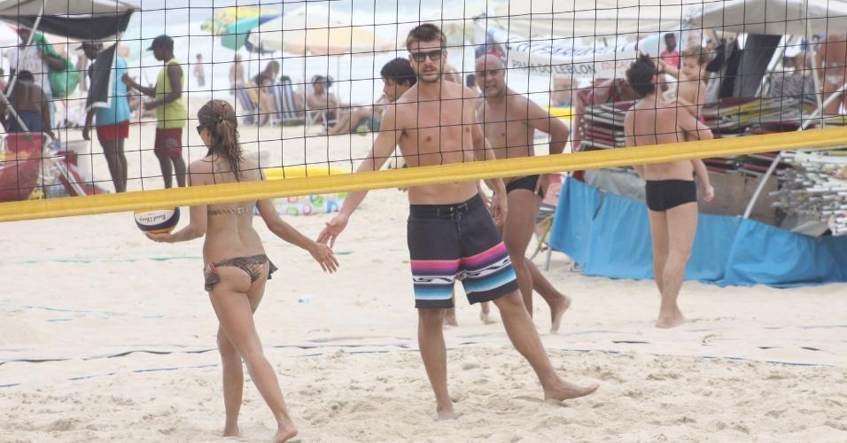 23.dez.2012 - Rodrigo Hilbert cumprimenta companheira de vôlei na areia após marcar ponto. Ele aproveita domingo para jogar com os amigos na praia do Leblon, no Rio de Janeiro