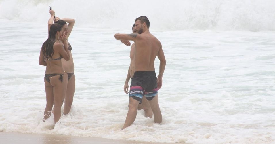 23.dez.2012 - Rodrigo Hilbert mergulha no mar após jogar vôlei com os amigos na praia do Leblon, no Rio de Janeiro