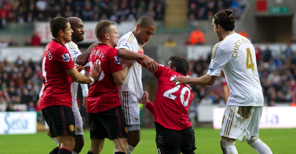 Atacante Van Persie, do Manchester United, parte para cima de Williams, do Swansea, durante a partida entre as duas equipes