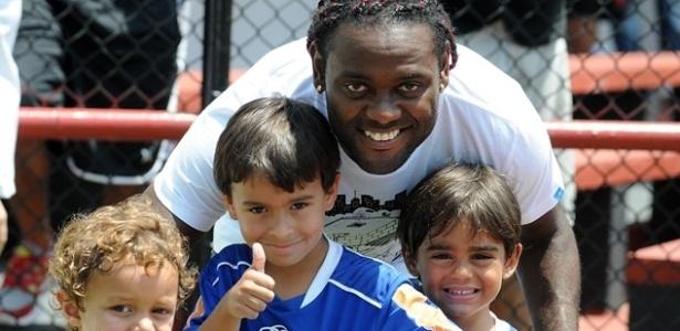 Vagner Love posa para foto com crianças após treino na Gávea