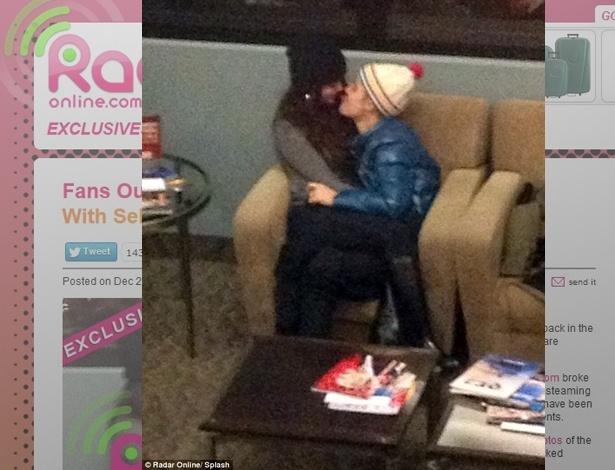 21.dez.2012 - Justin Bieber e Selena Gomez trocaram carícias no aeroporto de Salt Lake City, EUA