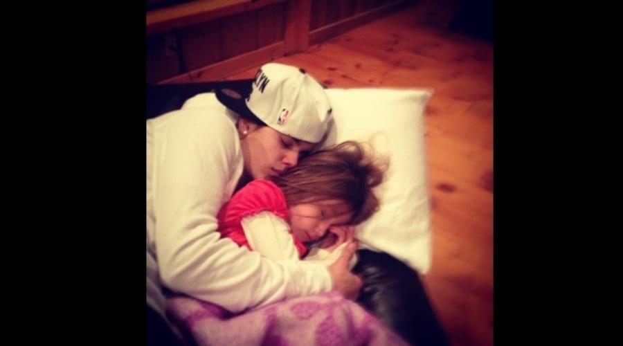 """23.dez.2012 - Justin Bieber divulgou uma imagem onde aparece dormindo abraçado a irmã Jazmin. """"Meu amor"""", escreveu o cantor na legenda. Bieber é irmão também de Jason"""