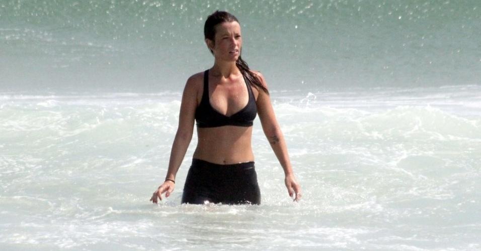 24.dez.2012 - A atriz Juliana Didone foi à praia da Barra da Tijuca, zona oeste do Rio