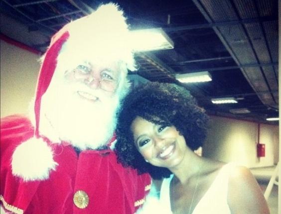 """24.dez.2012 -  A atriz Sheron Menezes mandou seu recadinho de Natal na rede social Instagram ao lado de um Papai Noel. """"Feliz feliz natal!!!!!!!!! Luz para todos!!! Bj enorme!!!"""", publicou"""
