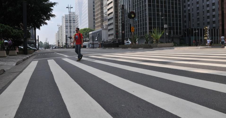 24.dez.2012 - A avenida Paulista, na região central de São Paulo, ficou vazia na tarde desta segunda-feira (24), véspera de Natal