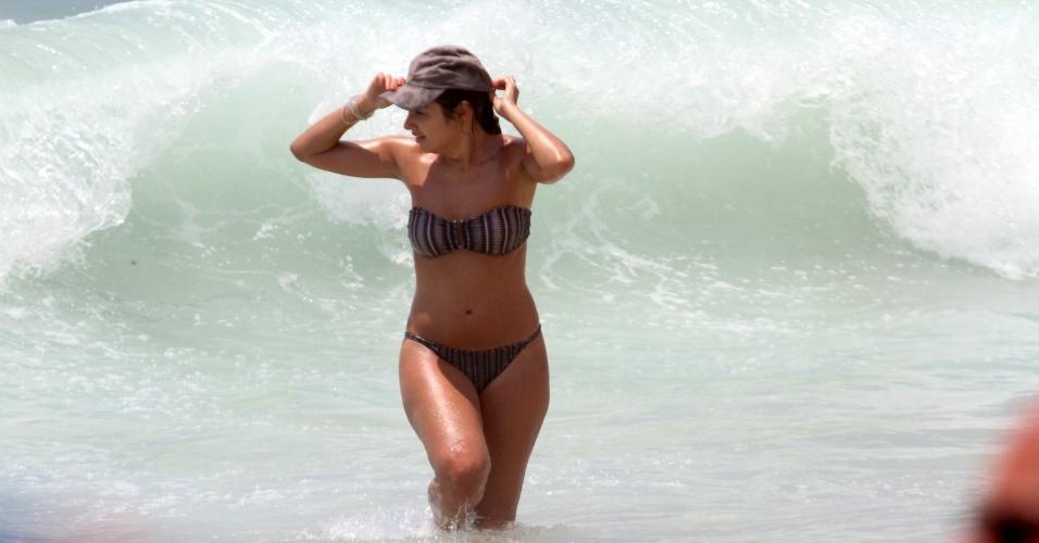 24.dez.2012 - A jornalista Patrícia Poeta foi à praia do Leblon, zona sul do Rio