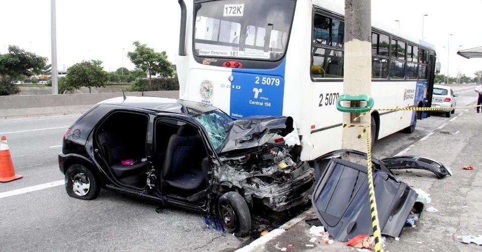 24.dez.2012 - Acidente envolvendo um carro e um ônibus na manhã desta segunda-feira (24), na avenida Condessa Elisabeth de Robiano, no Tatuapé, zona Leste de São Paulo. Duas pessoas ficaram feridas e foram socorridas para o PS Tatuapé/Ermelino Matarazzo