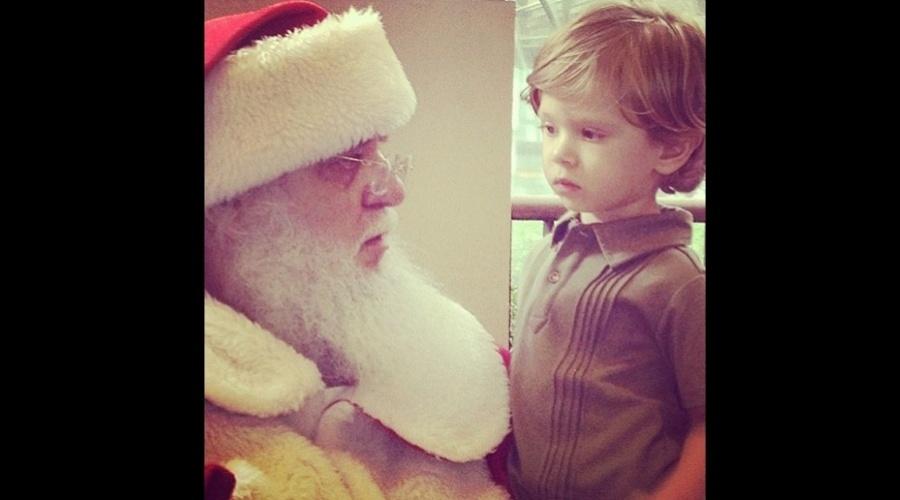 """24.dez.2012 - Adriane Galisteu divulgou uma imagem do encontro do filho Vittorio com Papai Noel. """"Escutando o Noel"""", escreveu a apresentador no microblog"""