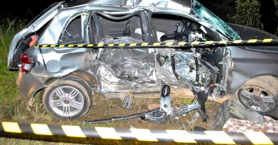 24.dez.2012 - Carro fica destruído após se chocar com outro na noite deste domingo (23), na estrada Nazaré, em Guarulhos (SP)