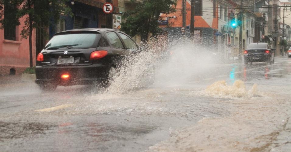 24.dez.2012 - Chuva no bairro de Santana, na zona norte de São Paulo, nesta segunda-feira (24). A chuva deixou Santana e outros bairros da cidade em estado de atenção para alagamentos