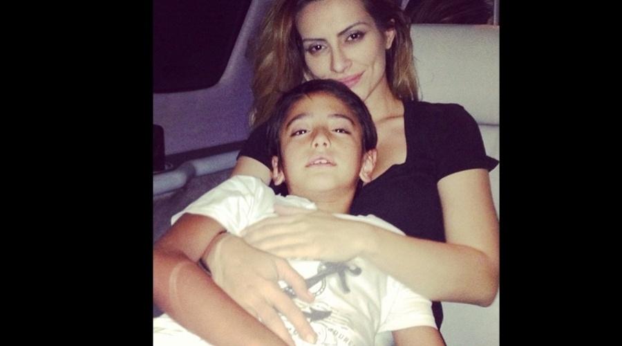 """24.dez.2012 - Cleo Pires divulgou uma imagem onde aparece abraçada ao irmão Bento. """"Meu príncipe"""", escreveu Cleo na legenda"""