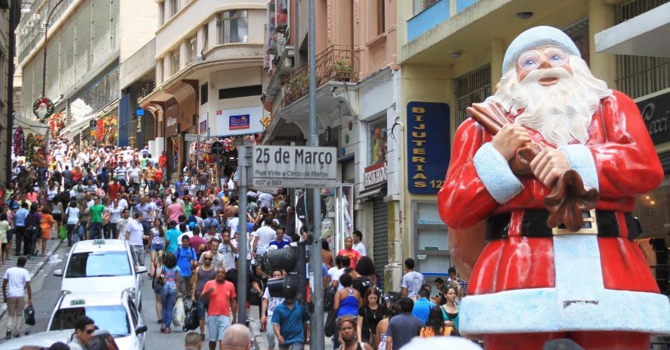 24.dez.2012 - Consumidores fazem compras de última hora na região da rua 25 de Março, tradicional centro de omércio popular na região central de São Paulo, na tarde desta segunda-feira (24), véspera do Natal