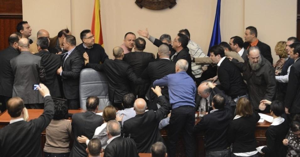 24.dez.2012 - Deputados de oposição tentam impedir início de sessão no Parlamento da Macedônia