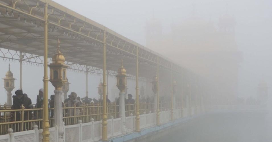 24.dez.2012 - Devotos sikh visitam Templo Dourado de Amritsar, na Índia, em dia de forte neblina e tempo frio
