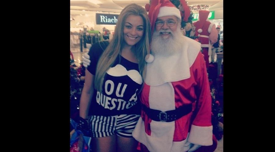 24.dez.2012 - Durante passeio em shopping, a ex-BBB Monique aproveitou para tirar uma foto com o Papai Noel.