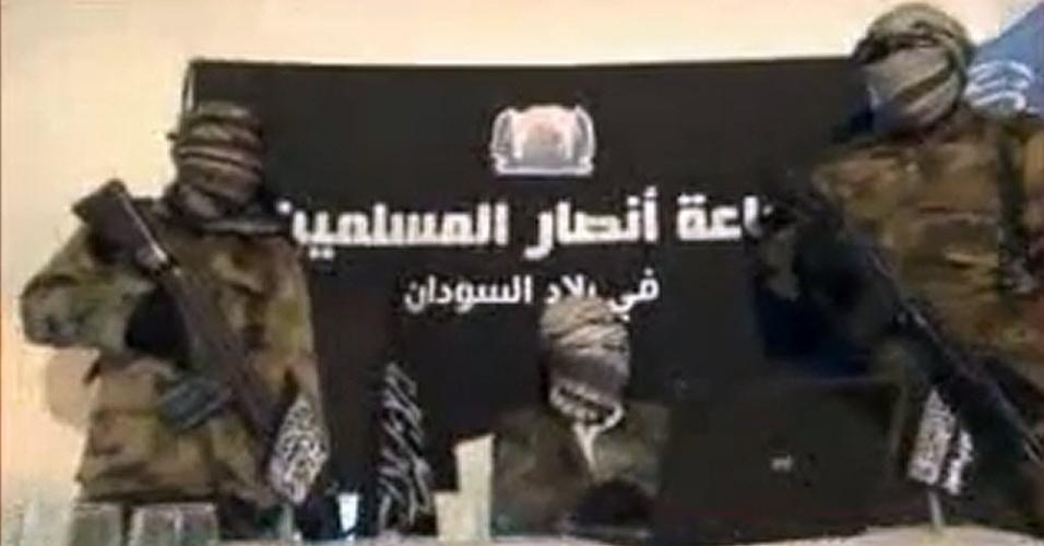 24.dez.2012 - Em imagem capturada nesta segunda-feira (24), integrantes do grupo radical islâmico Ansaru supostamente fazem um anúncio sobre uma ação do grupo: o recente sequestro de um francês no norte da Nigéria. Seria uma resposta, segundo o Ansaru, às crescentes pressões da França por intervenção militar no Mali