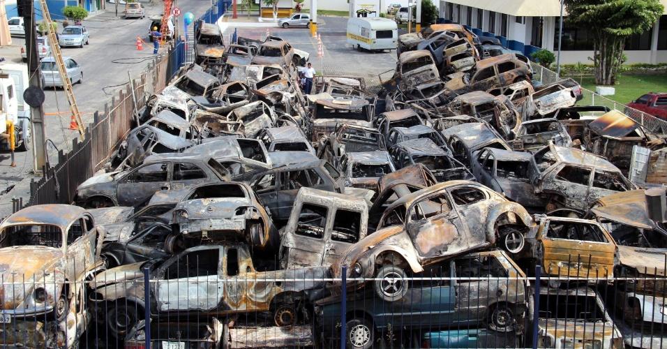 24.dez.2012 - Em Vitória da Conquista, sudoeste da Bahia, centenas de veículos apreendidos no pátio do Distrito Integrado de Segurança Pública foram destruídos em um incêndio na noite de domingo (23). De acordo com a polícia, o incêndio foi criminoso, mas ninguém foi preso