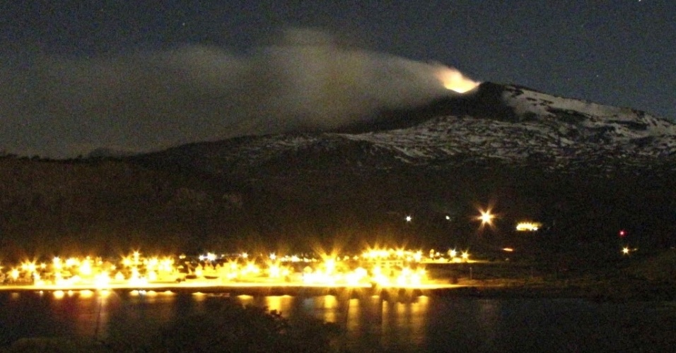 24.dez.2012 - Erupção do vulcão Copahue, na fronteira do Chile com a Argentina, são visíveis a partir da província de Neuquen, na Patagônia