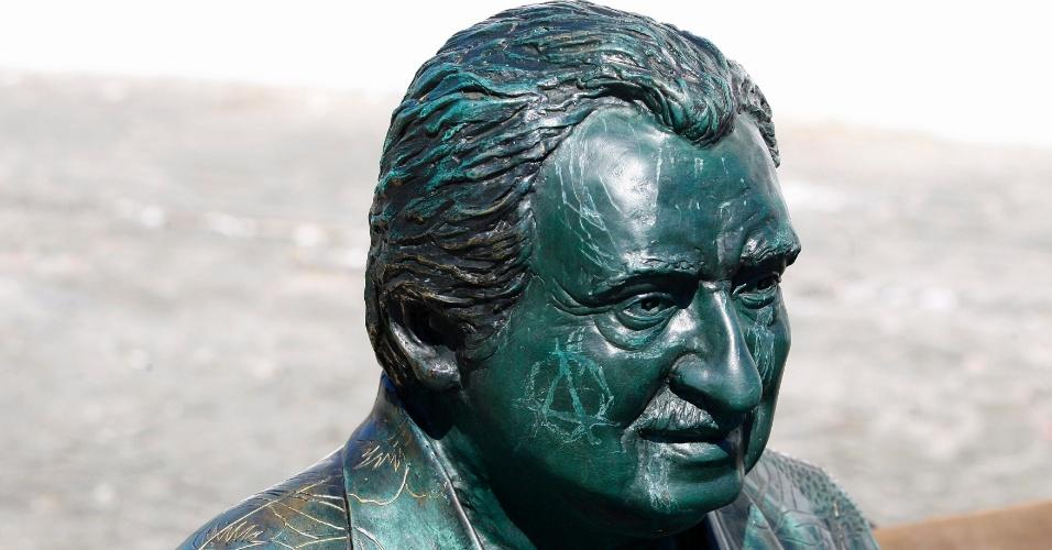 24.dez.2012 - Escultura de Jorge Amado inaugurada recentemente, no Rio Vermelho, foi alvo de pichadores